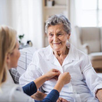 Jak opiekować się osobą starszą, która ma problemy z nietrzymaniem moczu?